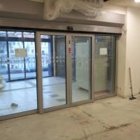 prosklené automatické dveře hliníkové